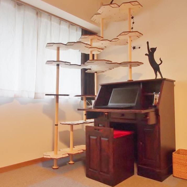 机の上に設置したにゃんこタワー